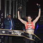 2月4日、米ニューヨークのエンパイアステートビルで恒例の「階段駆け上がりレース」が行われた。写真は女子の部の優勝者スージー・ウォルシャムさん(2015年 ロイター/CARLO ALLEGRI)